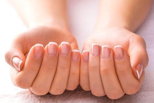 манікюр та засоби для догляду за нігтями