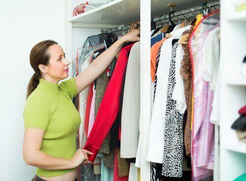 10 порад, щоб прибрати у шафі та розкласти одяг
