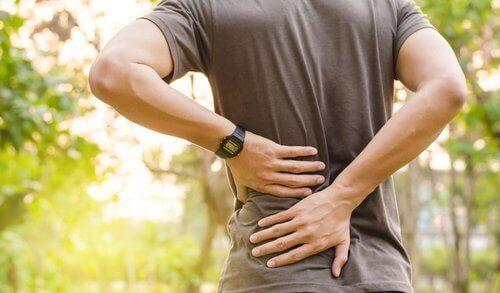 симптоми зупинки серця: біль у спині