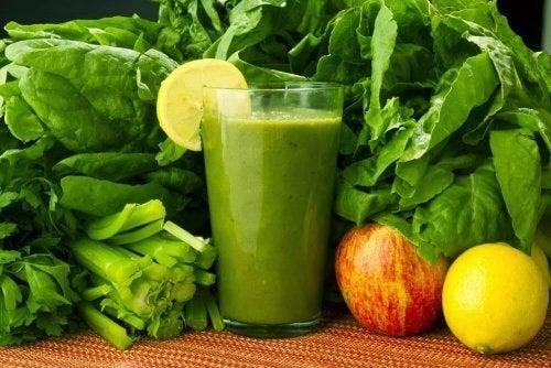 Напій для усунення токсинів зі шпинатом, морквою і лимоном