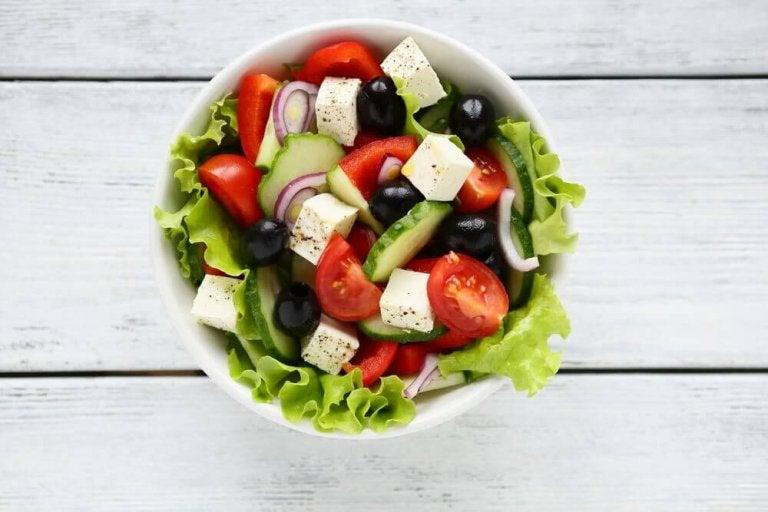 Приготуйте грецький салат, щоб здивувати гостей