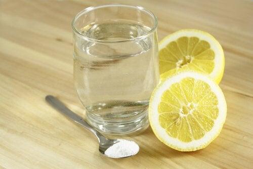 харчова сода з лимоном для зменшення болю в животі