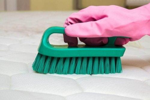Поради для усунення поганого запаху з матраца