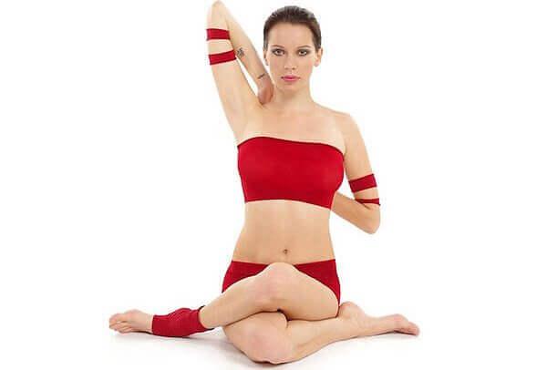 Три пози з йоги для зняття напруги у шиї