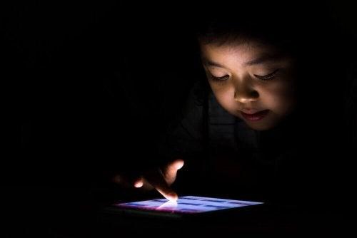 Моя дитина має залежність від планшета
