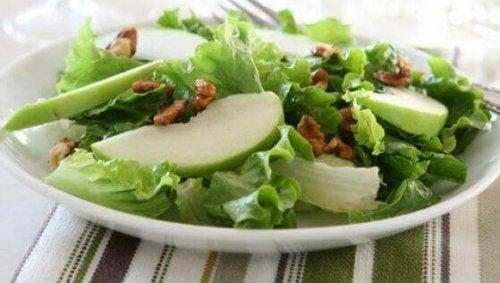 Смачний салат з зеленим яблуком і селерою