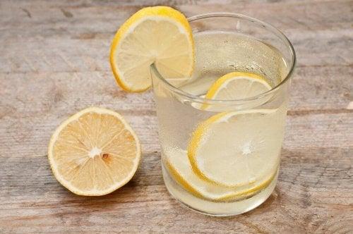 вода з лимоном усуває гастроезофагеальний рефлюкс
