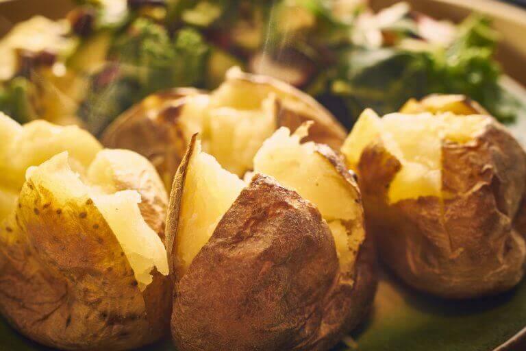 Рецепти смачних страв із запеченою картоплею