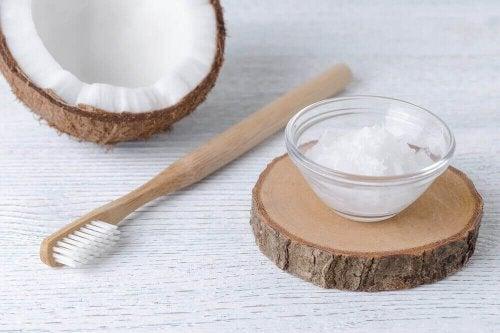 Кокосова олія для покращення здоров'я ротової порожнини