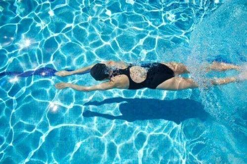 як навчитися плавати в басейні