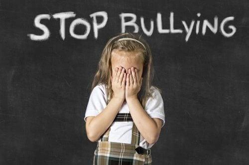 над дитиною знущаються в школі