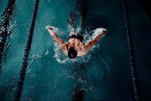 навчитися плавати в басейні