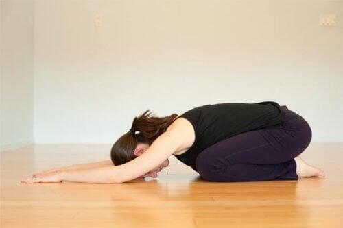 йога щоб полегшити менструальні спазми
