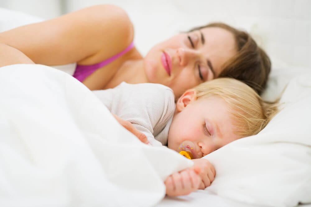Чи можна спати разом з дитиною всю ніч?