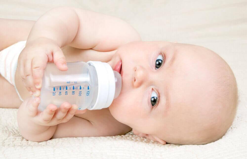 Метод Кассінг: як годувати малюка з пляшечки без ризику для лактації