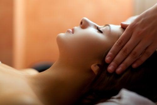 масаж усуває головний біль без ліків