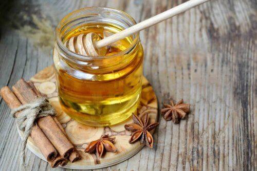 мед і кориця для лікування неприємного запаху з рота
