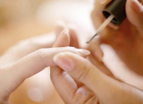 на що вказують півмісяці на нігтях