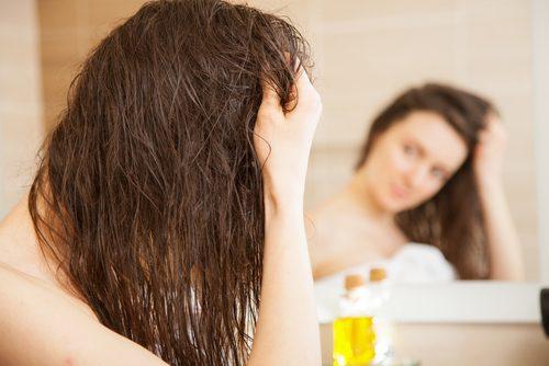 оливкова олія допомагає зволожити сухе волосся