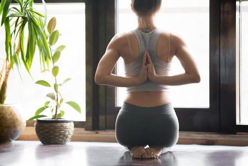 Пози йоги, щоб полегшити менструальні спазми