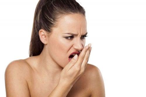 Лікування неприємного запаху з рота корицею