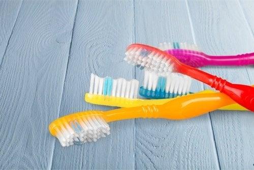 багато мікробів на зубних щітках