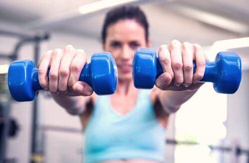 вправи для міцних грудей і плечей