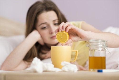 лимонний чай для лікування подразнення у горлі