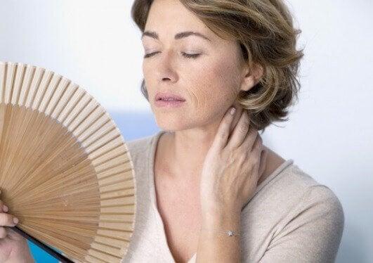менопауза викликає обвисання грудей
