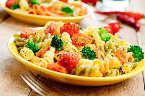 макарони та овочі