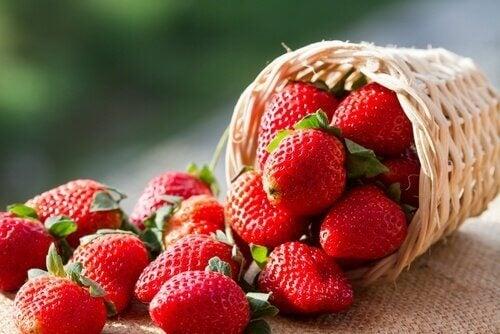 свіжа полуниця для виведення сечової кислоти