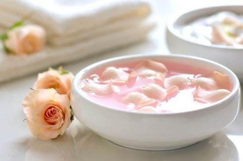 засіб з молоком, календулою і пелюстками троянди
