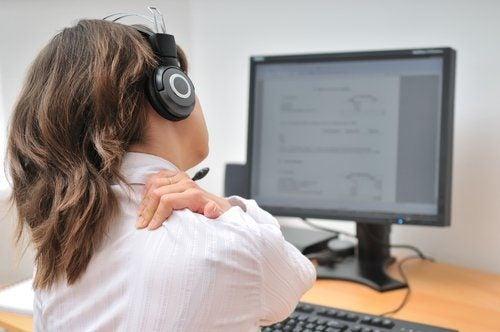 сидіння перед комп'ютером призводить до болю у шиї