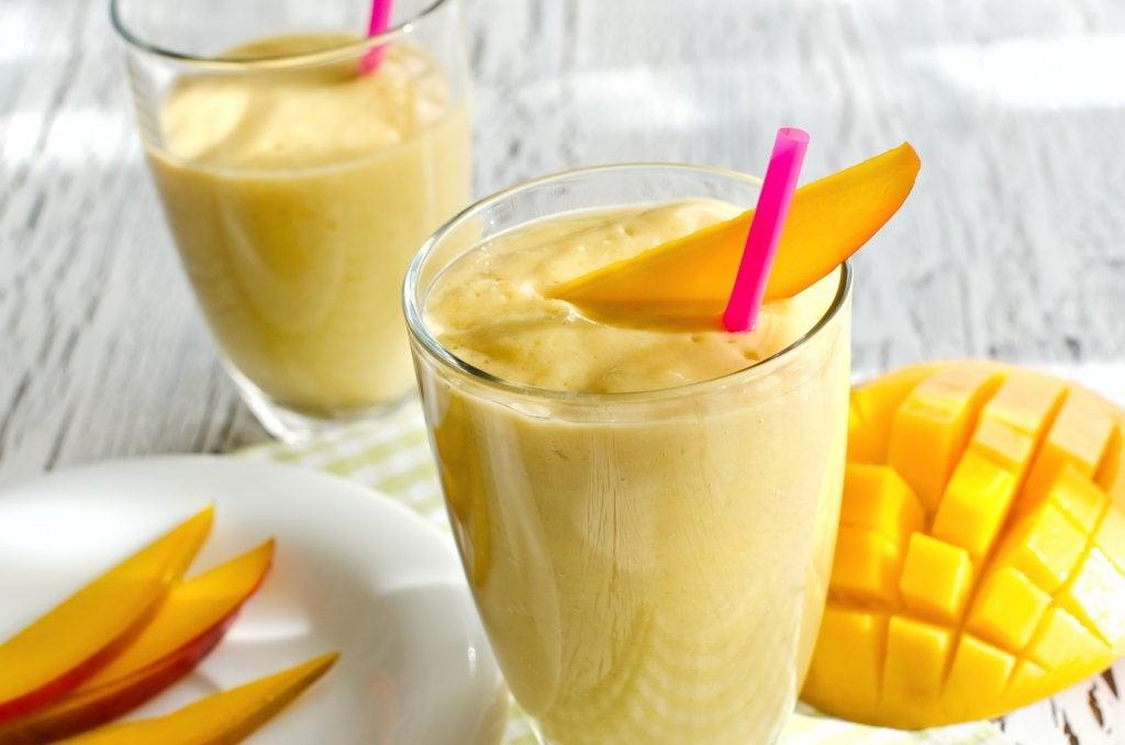 натуральні морквяні смузі з манго