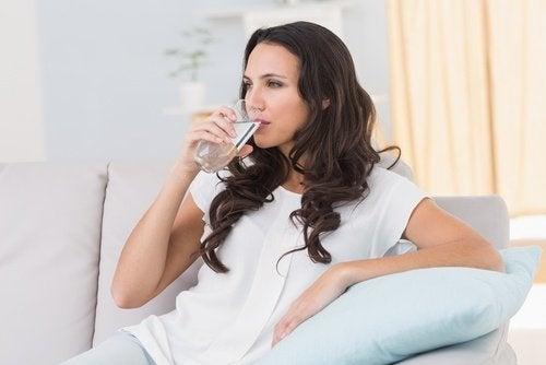 пити більше рідини для профілактики переїдання