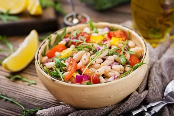 Як приготувати салат з квасолею: 2 цікаві рецепти