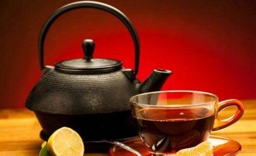 чорний чай з лимоном