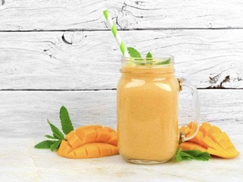 смузі з манго і кокосовим молоком