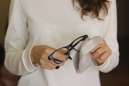 Як легко видалити подряпини з окулярів: 6 порад