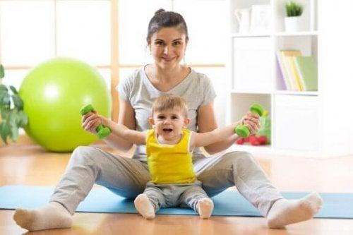 Як правильно навчити дитину сидіти