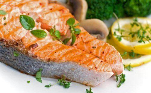 Запечений лосось з картоплею та овочами