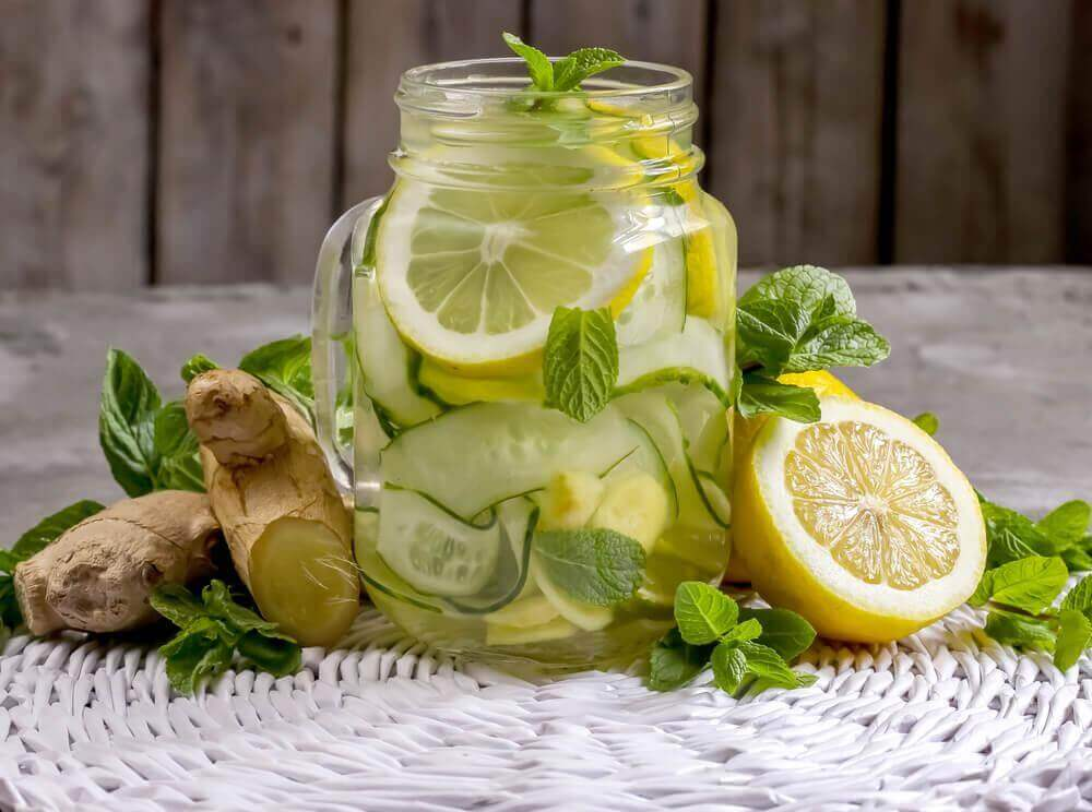 Як приготувати очисний лимонад з яблуком та імбиром