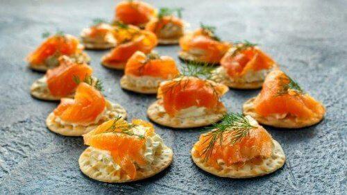 Оладки з копченим лососем і соусом тартар