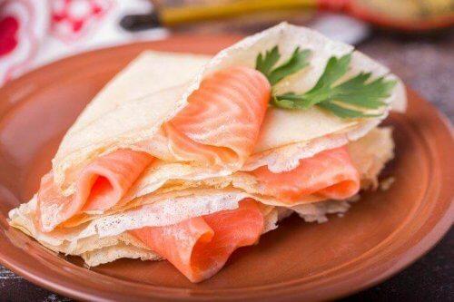 як приготувати оладки з копченим лососем