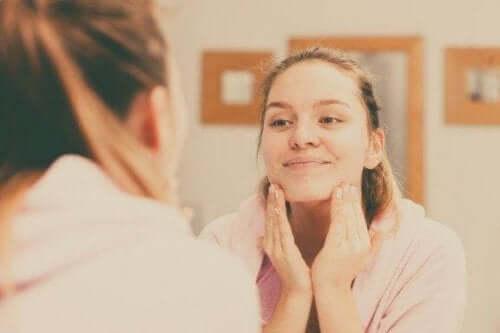 Як правильно очистити шкіру обличчя: 5 порад