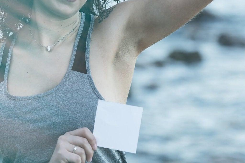 Поради для усунення плям від дезодоранту