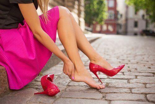 як правильно доглядати за взуттям на підборах