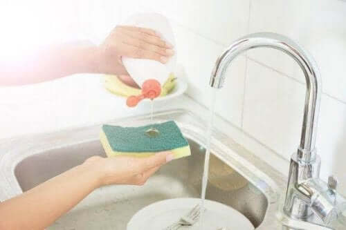 Як дезінфікувати кухонні губки: п'ять секретів чистоти