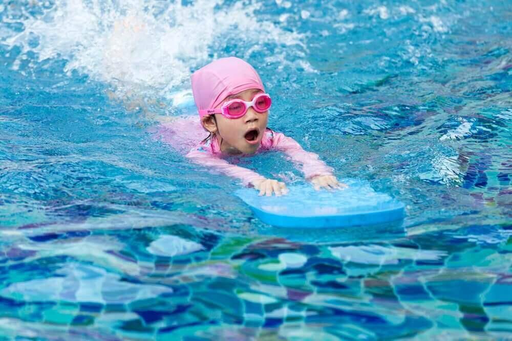 Як навчити дитину плавати: найкращі поради