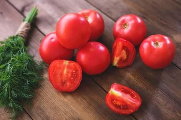 свіжі томати та тунець